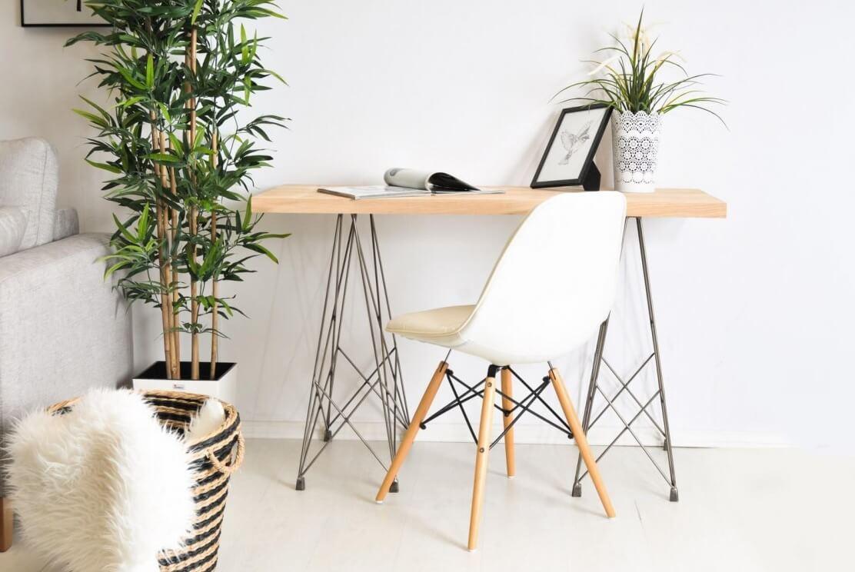 białe krzesło skandynawskie